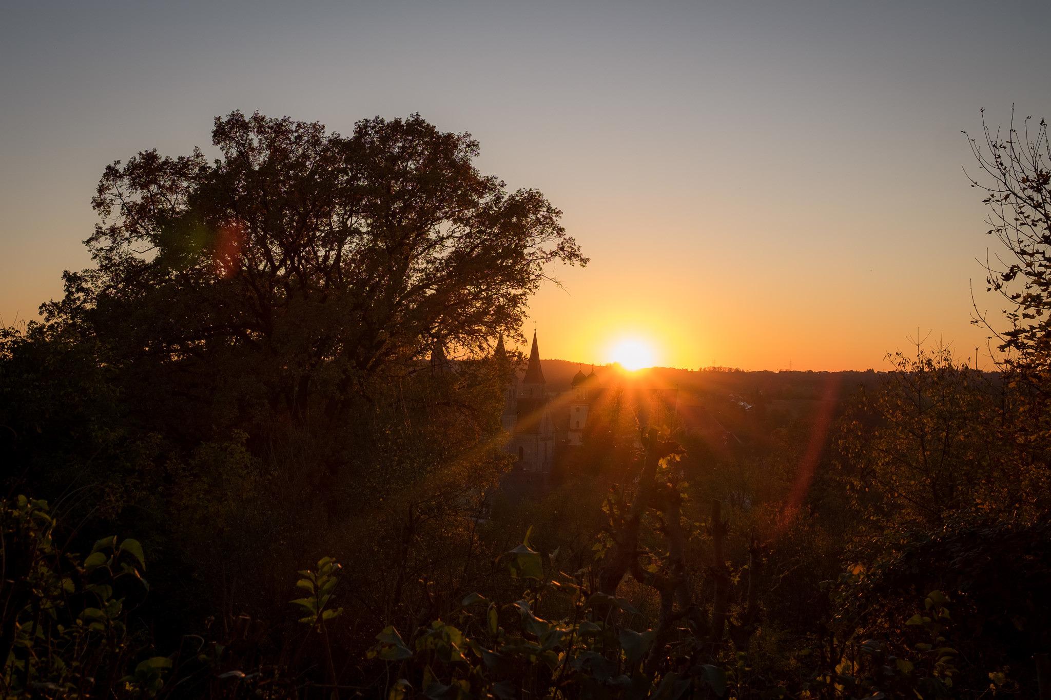 Goldener Herbst in Ellwangen - Die letzten Sonnenstrahlen legen sich über die Stadt Ellwangen